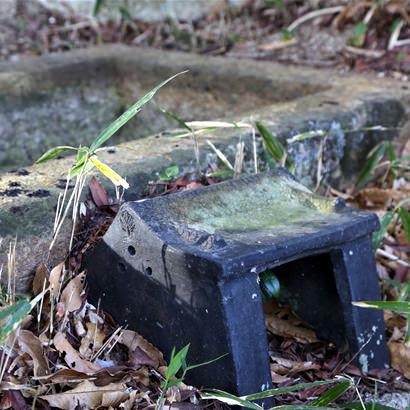 Avant d'être reconnu comme un cercueil en pierre, il était vénéré comme urne funéraire en forme de boîte en pierre (coffret contenant des objets de valeur).