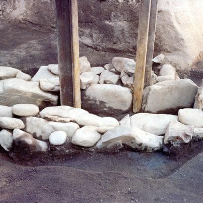 Site archéologique de l'ancien château : cercueil en pierre en forme de boîte
