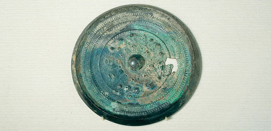 Objets de fouilles des Kofun de Koyadani : Miroir biseauté de la Déité et de la Bête