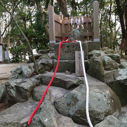 Sanctuaire shintoïste d'Onokorojima: Sekirei-ishi (en pierre de bergeronnette)
