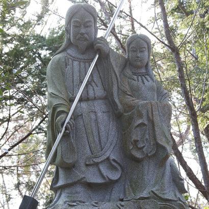 Sanctuaire shintoïste d'Onokoro : statues en pierre des Kamis Izanagi-no-Mikoto et Izanami-no-mikoto