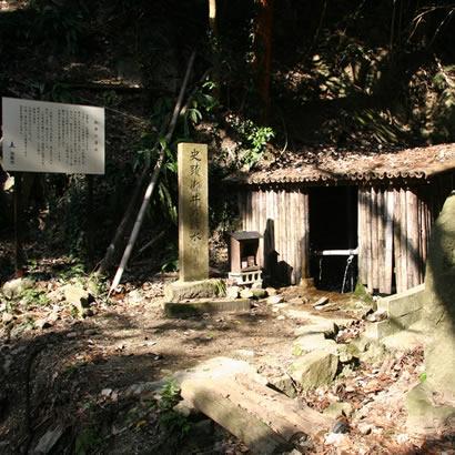 Monter par le chemin de montagne Oi-no-Shimizu Sando vous emmènera vers une petite cabane d'où une eau pure git.