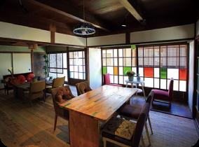 Awa, des spécialités de l'île dans cette bâtisse traditionnelle qui fait café et pension.
